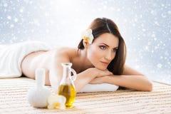 La mujer joven en un balneario detrás da masajes a procedimiento Foto de archivo libre de regalías