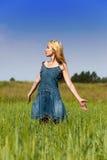 La mujer joven en una alineada azul marino Imágenes de archivo libres de regalías