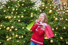 La mujer joven en una calle de París adornó para la Navidad Imágenes de archivo libres de regalías