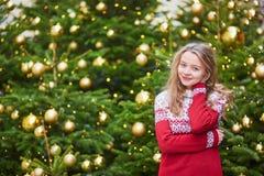 La mujer joven en una calle de París adornó para la Navidad Imagen de archivo libre de regalías