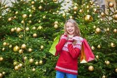 La mujer joven en una calle de París adornó para la Navidad Fotos de archivo