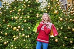La mujer joven en una calle de París adornó para la Navidad Imagen de archivo