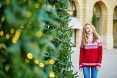 La mujer joven en una calle de París adornó para la Navidad Fotografía de archivo libre de regalías