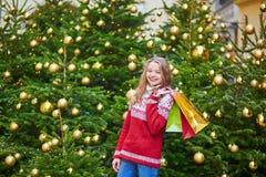 La mujer joven en una calle de París adornó para la Navidad Foto de archivo libre de regalías