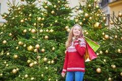 La mujer joven en una calle de París adornó para la Navidad Fotografía de archivo