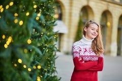 La mujer joven en una calle de París adornó para la Navidad Fotos de archivo libres de regalías
