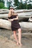 La mujer joven encendido abre una sesión el bosque Imagenes de archivo