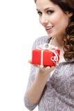 La mujer joven enigmática da un regalo Foto de archivo libre de regalías