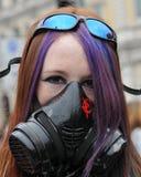 La mujer joven enmascarada en Anti-Cortó protesta foto de archivo