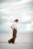 La mujer joven entra descalzo en desierto Fotos de archivo