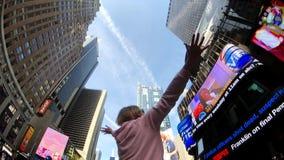 La mujer joven es feliz de estar en Times Square metrajes