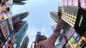 La mujer joven es feliz de estar en Times Square almacen de video