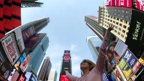 La mujer joven es feliz de estar en Times Square almacen de metraje de vídeo