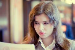 La mujer joven es lectura algo Imagen de archivo libre de regalías