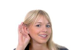 La mujer joven escucha Imagen de archivo