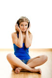 La mujer joven escucha música Fotografía de archivo libre de regalías
