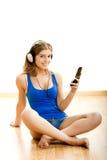 La mujer joven escucha música Fotos de archivo libres de regalías