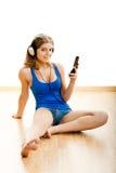 La mujer joven escucha música Imágenes de archivo libres de regalías