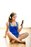 La mujer joven escucha música Imagenes de archivo