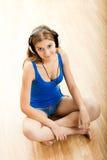 La mujer joven escucha música Imagen de archivo