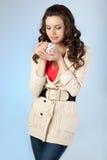 La mujer joven está bebiendo té Fotografía de archivo