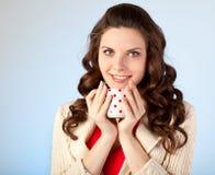 La mujer joven está bebiendo té Fotografía de archivo libre de regalías