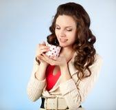 La mujer joven está bebiendo té Foto de archivo libre de regalías