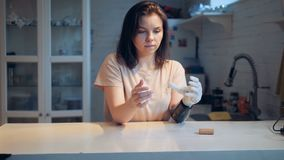 La mujer joven está cambiando la batería en su mano biónica almacen de video
