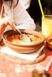 La mujer joven está comiendo en restaurante Fotografía de archivo libre de regalías