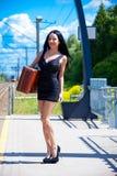 La mujer joven está esperando un tren Imagen de archivo libre de regalías
