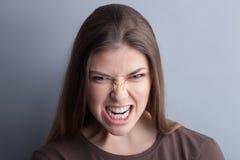 La mujer joven está expresando sus emociones negativas Fotos de archivo libres de regalías