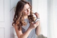 La mujer joven está hablando en el teléfono Imagenes de archivo