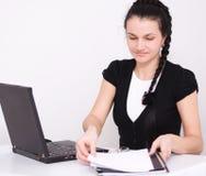 La mujer joven está jugando en el ordenador portátil foto de archivo libre de regalías