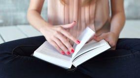 La mujer joven está leyendo una literatura o un aprendizaje almacen de video