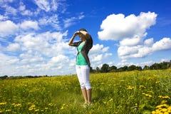 La mujer joven está mirando al cielo Imagen de archivo