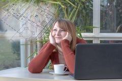 La mujer joven está mirando soñador el modelo Fotos de archivo