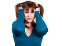 La mujer joven está rasgando su pelo fotografía de archivo