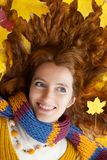 La mujer joven está recorriendo en la madera del otoño Foto de archivo libre de regalías