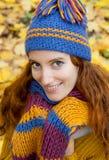La mujer joven está recorriendo en la madera del otoño Imagen de archivo libre de regalías