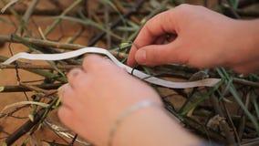 La mujer joven está trabajando con la composición floral almacen de metraje de vídeo