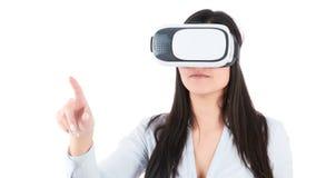 La mujer joven está utilizando las auriculares de VR en el fondo blanco Imágenes de archivo libres de regalías