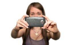 La mujer joven está tomando las fotos con la cámara del teléfono móvil Imagenes de archivo