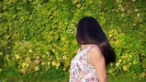 La mujer joven europea con el pelo negro largo corre lejos de la cámara en la cámara lenta, pidiendo sí misma Muchacha atractiva almacen de video
