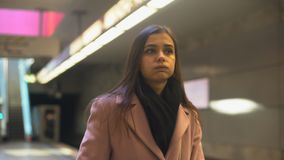 La mujer joven faltaron el tren y atrasado ansiosos para el trabajo, rutina diaria, viajero almacen de metraje de vídeo