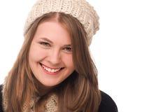 La mujer joven feliz con lanas capsula una bufanda de d Imagenes de archivo