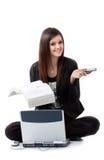La mujer joven feliz consiguió ayuda en su problema del ordenador Imagen de archivo libre de regalías