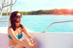 La mujer joven feliz disfruta de vacaciones de verano en travesía del mar Imagen de archivo libre de regalías
