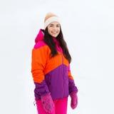 La mujer joven feliz en invierno viste al aire libre Foto de archivo libre de regalías