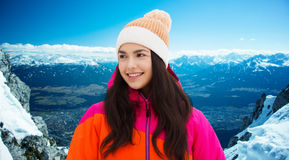 La mujer joven feliz en invierno viste al aire libre Imagen de archivo libre de regalías