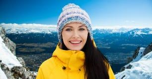 La mujer joven feliz en invierno viste al aire libre Foto de archivo